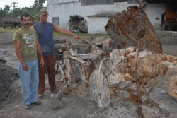 Arabel, a la izquierda, descubridor de la locomotora, junto a uno de los compañeros de la fundición que ayudó al desenterramiento de la enigmática máquina de vapor.