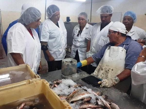 Intercambia Mercedes López Acea con trabajadores de industria pesquera en sur camagüeyano