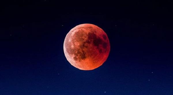 Luna de fresa esta noche