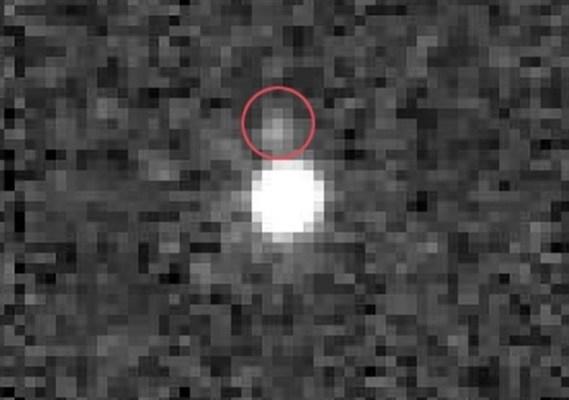 Más allá de Neptuno orbita una pequeña luna