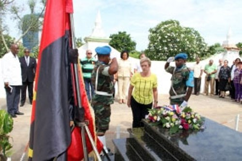Ministra cubana rinde homenaje a internacionalista Argüelles