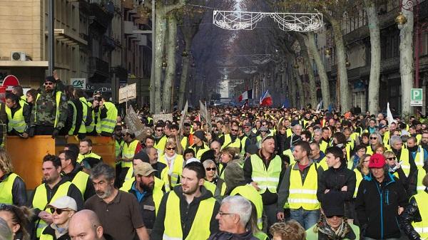 En medio de crisis, convocan a huelga nacional en Francia