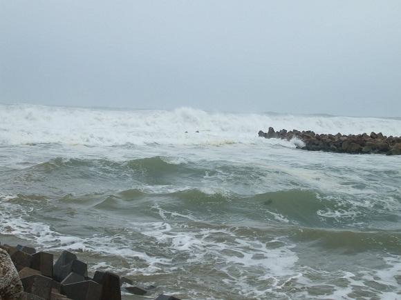 Continúan marejadas en la costa norte del oriente cubano