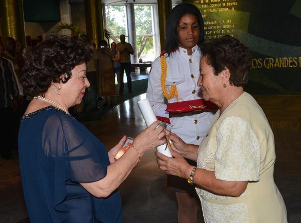 Viuda de Agostinho Neto recibe en Cuba Orden de la Solidaridad