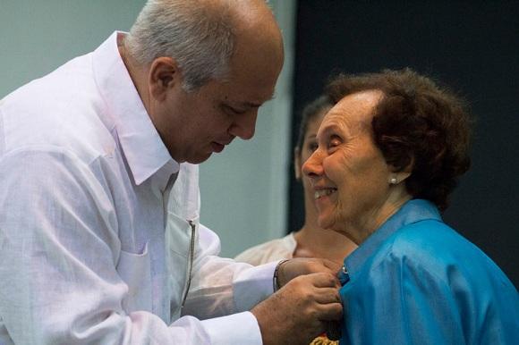 Cuba condecora a cineasta estadounidense Estela Bravo con Medalla Haydée Santamaría (+ Fotos)