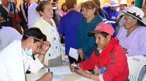 Ofrecen médicos cubanos consultas gratuitas en Feria boliviana de Salud