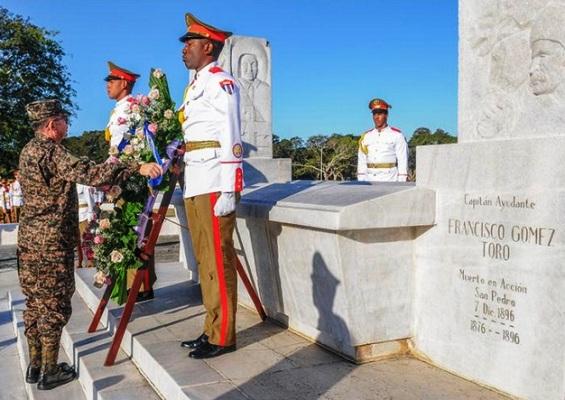 Ministro de Defensa salvadoreño rinde tributo a próceres cubanos