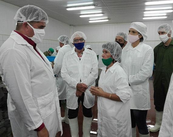 Ministro de la Industria Alimentaria recorre entidades del sector en Santa Cruz del Sur, Camagüey (+ Fotos)