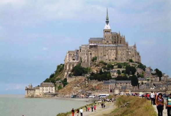 Hallan cementerio medieval bajo el francés Monte Saint Michel