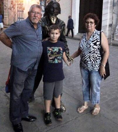 Nancy Lorenzo junto a su esposo y nieto.