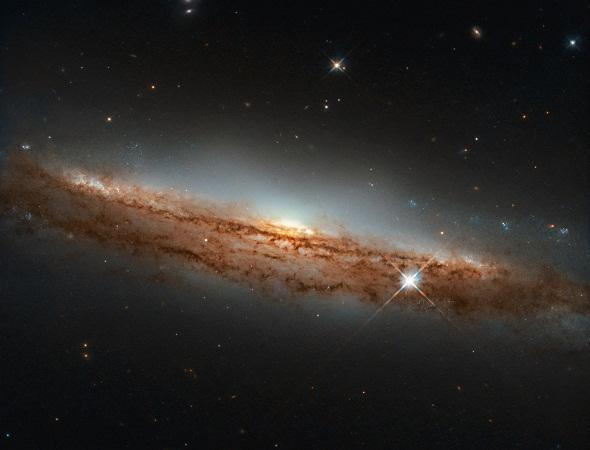 Telescopio Hubble capta imagen de galaxia espiral con forma de platillo volador
