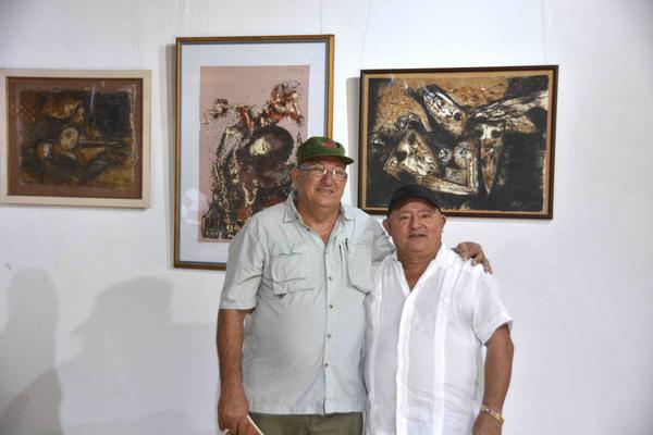 Nelson Domínguez (i) junto al director de Teatro de los Elementos.