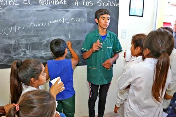 Niño argentino funda escuela e imparte clases a 50 alumnos
