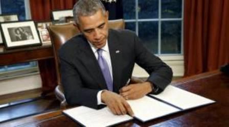Obama firma ley con restricciones para el cierre de cárcel en Guantánamo