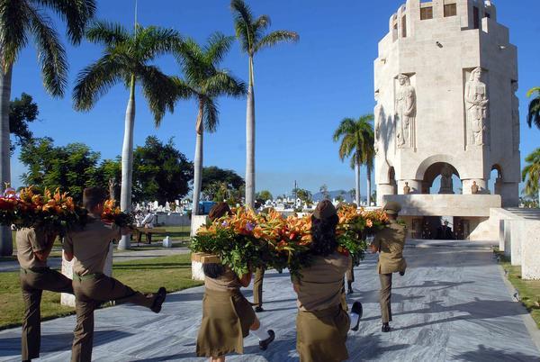 Homenaje de Fidel y Raúl al Héroe Nacional de Cuba