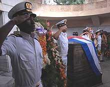 Ofrendas florales de Fidel y Raúl ante tumbas de próceres independentistas