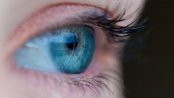 Inusual hallazgo de lentillas en el ojo de una mujer británica