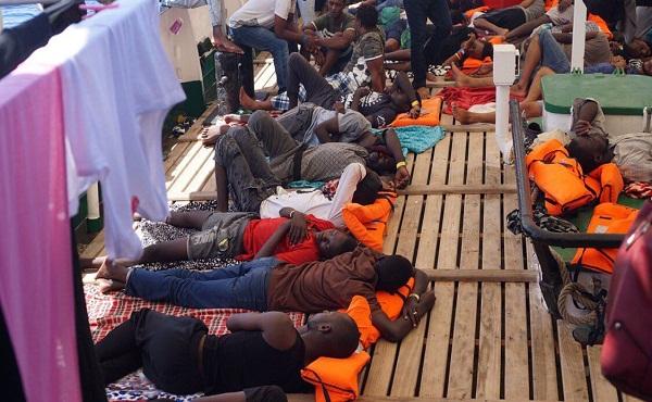 Autorizados migrantes del Open Arms a entrar en aguas italianas