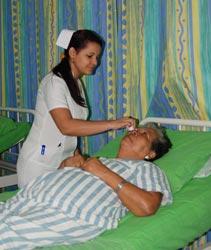 Atención a paciente operada de cataratas.