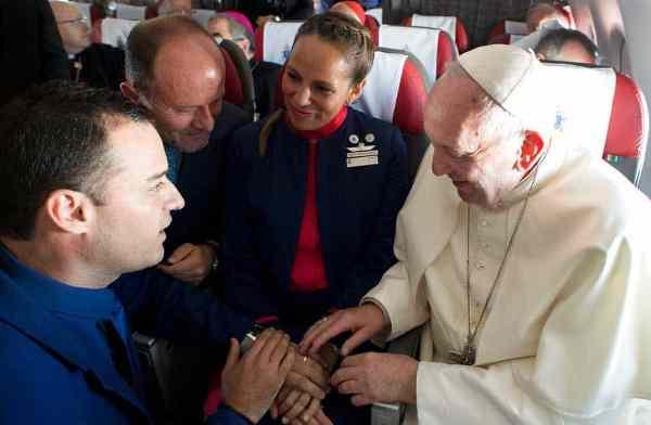 Papa Francisco casa en pleno vuelo a pareja de chilenos (+Fotos)