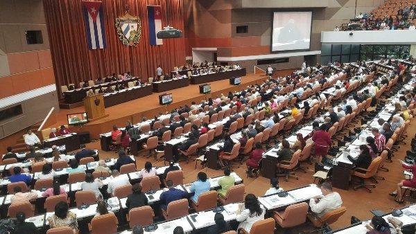 Asisten Raúl y Díaz-Canel a sesión parlamentaria donde aprobarán texto final de nueva Constitución