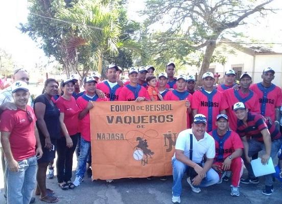 Abanderan al equipo de Béisbol Vaqueros de Najasa para el campeonato provincial