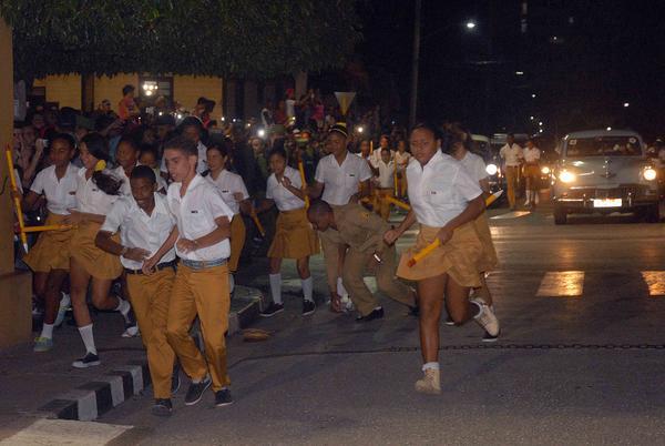 Adolescentes cubanos asaltan simbólicamente el otrora cuartel Moncada
