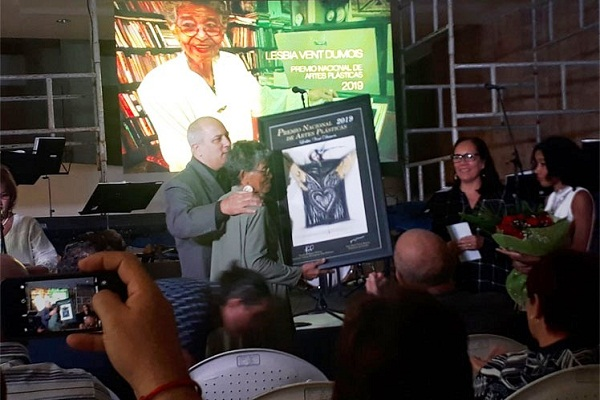 Cubana Lesbia Vent Dumois recibe el Premio Nacional de Artes Plásticas