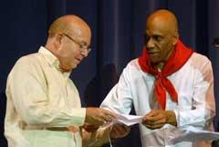 Recibe Miguel Barnet Premio Olorum a la Obra de la Vida