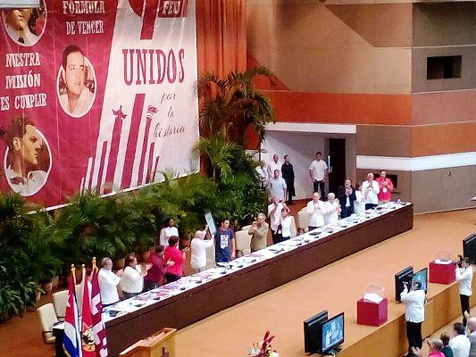 Universitarios cubanos confieren a Raúl y Machado Ventura premio Alma Máter