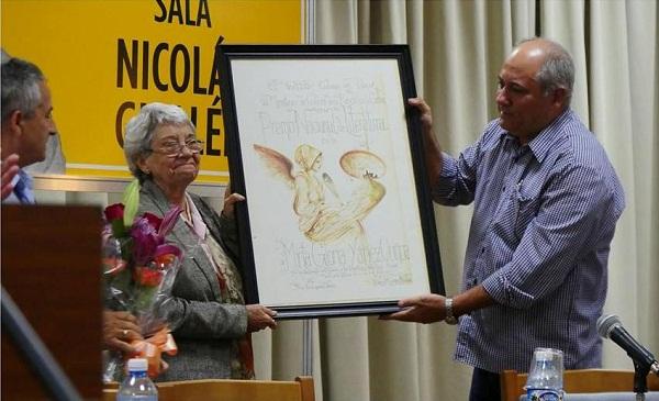 Entregan a Mirta Yáñez el Premio Nacional de Literatura