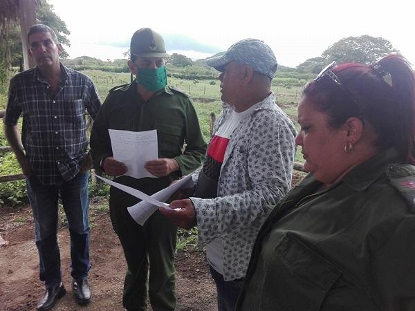 Autoridades políticas y gubernamentales en la provincia chequean producción de alimentos en Jimaguayú