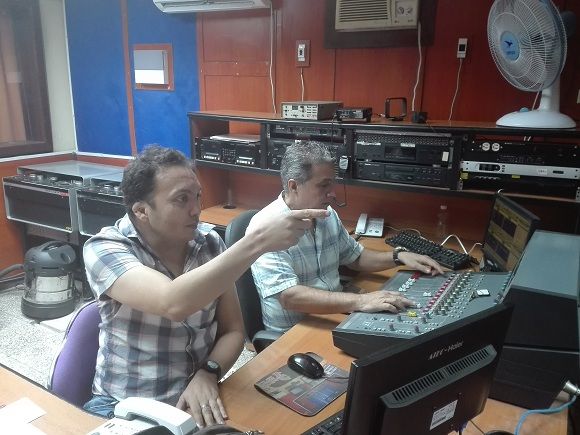 El director de programas Dervis González Alvarez junto al realizador de sonido Carlos Mario Crespo en el programa musical Misceláneas