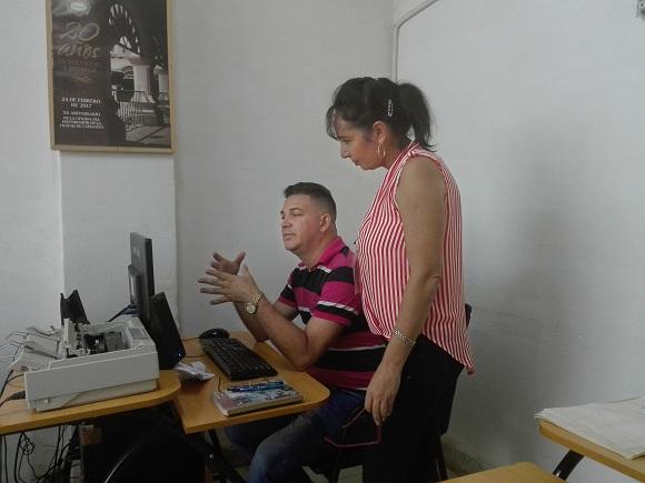 El periodista Alex López Almaguer, jefe de reporteros y avesado en el oficio a pesar de su juventud, ofrece orientaciones a sus colegas