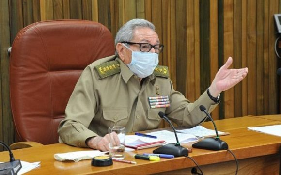 Participa Raúl en reunión del Buró Político