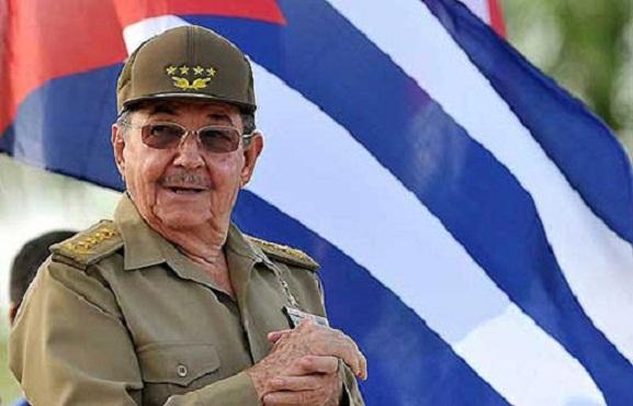 Felicita Raúl Castro a los trabajadores civiles de la Defensa