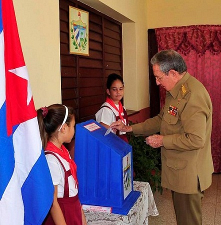 El General de Ejército Raúl Castro ejerció su derecho al voto