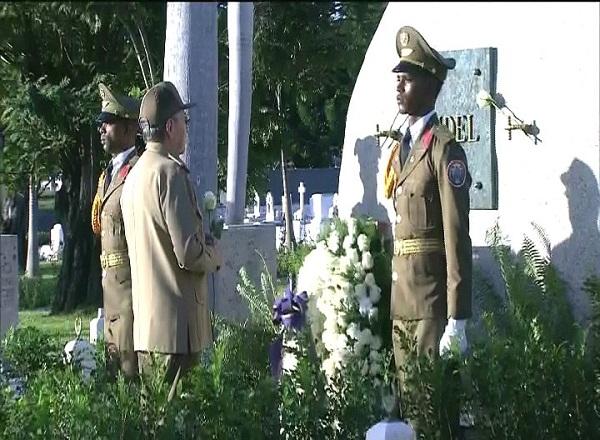 Raúl Castro preside homenaje a Fidel en Santa Ifigenia