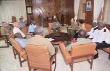 Raúl Castro departe con delegación militar angolana de visita en Cuba