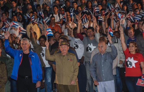 Raúl Castro encabeza Marcha de las Antorchas en la capital cubana (+ Fotos)