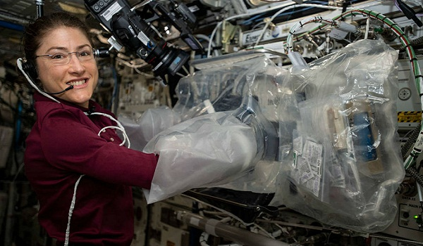 Astronauta de EE.UU. implanta récord de vuelo espacial más largo entre féminas