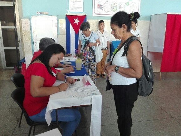 Camagüeyanos ejercen derecho al voto en colegios electorales especiales