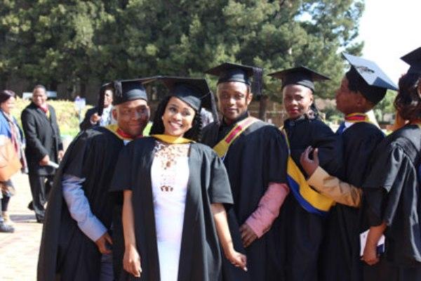 Concluyen estudios de Medicina en Cuba 62 jóvenes sudafricanos