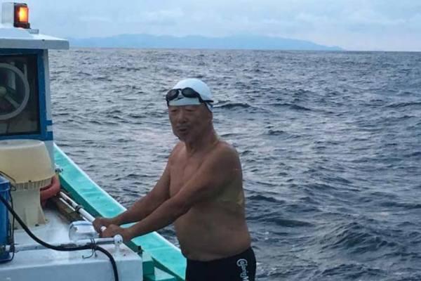 Japonés de 73 años cruza a nado estrecho de Tsugaru
