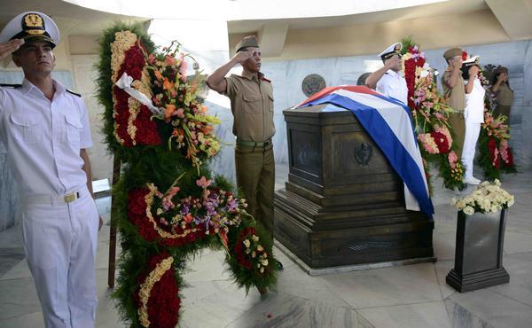 Jóvenes camagüeyanos portan ofrenda floral de Raúl Castro al Héroe Nacional (+ Fotos)