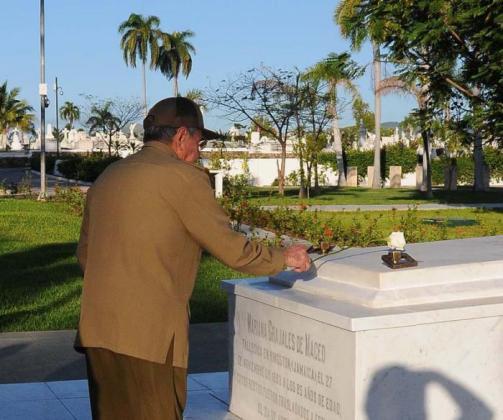 En la tumba de Mariana Grajales.