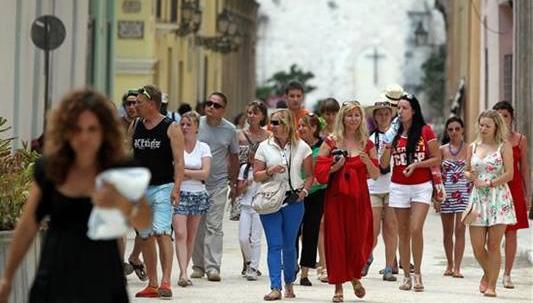 Pretende Cuba superar en 2019 los cinco millones de visitantes
