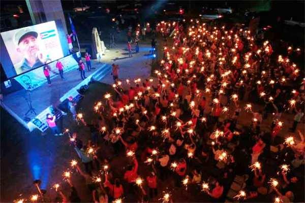Salvadoreños en vigilia para rendir tributo a Fidel Castro