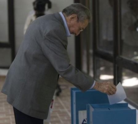 Deposita Raúl Castro voto de Fidel para elegir Comité Central del PCC
